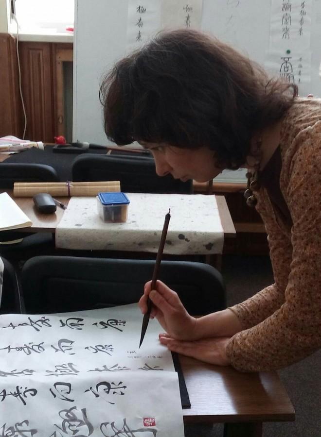 Преподаватель каллиграфии Стелла Недбаевская - последние штрихи к коллективной работе учеников